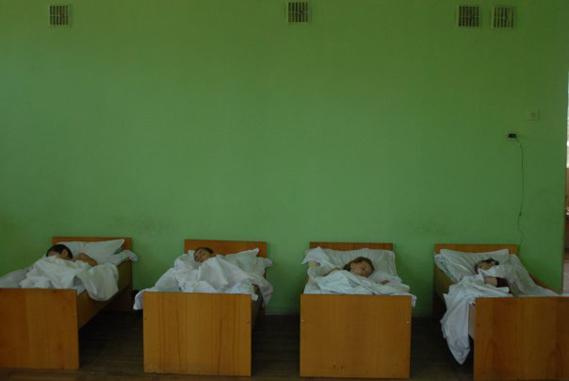 დევნილთა თავშესაფარი  2008 წლის ომის შემდეგ; თბილისი.2008. ნინო ძანძავას ფოტო