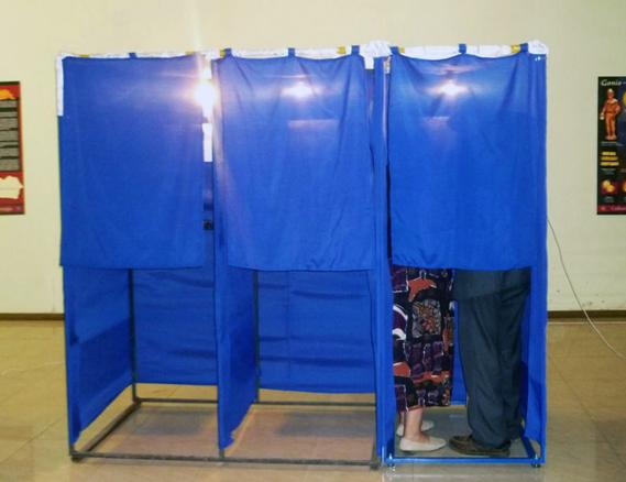 ორი ამომრჩეველი საარჩევნო კაბინაში