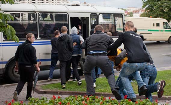 ბელორუსი ოპოზიციონერების დაკავება. ფოტო: lenta.ru
