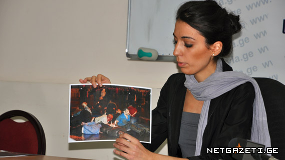 საიას იურისტი თამთა მიქელაძე ჟურნალისტებს ფოტო მასალას აცნობს