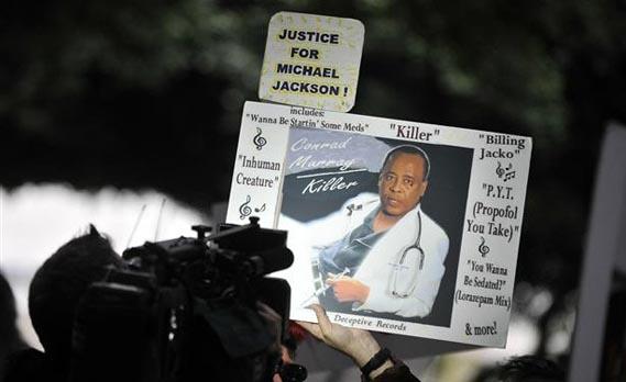 მაიკლ ჯექსონის ფანების ტრანსფარანტები სასამართლოსთან