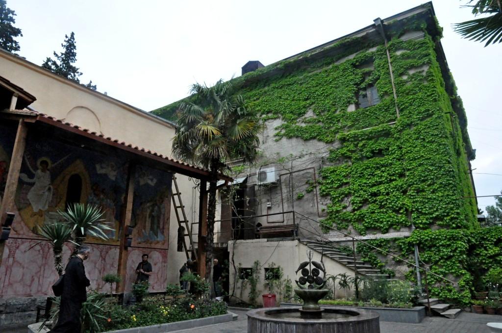მიქაელ მთავარანგელოზის სახელობის ეკლესია მიერთებულია იმ შენობას, რომელიც მთავრობის ინიციატივით გადაეცა ეკლესიას