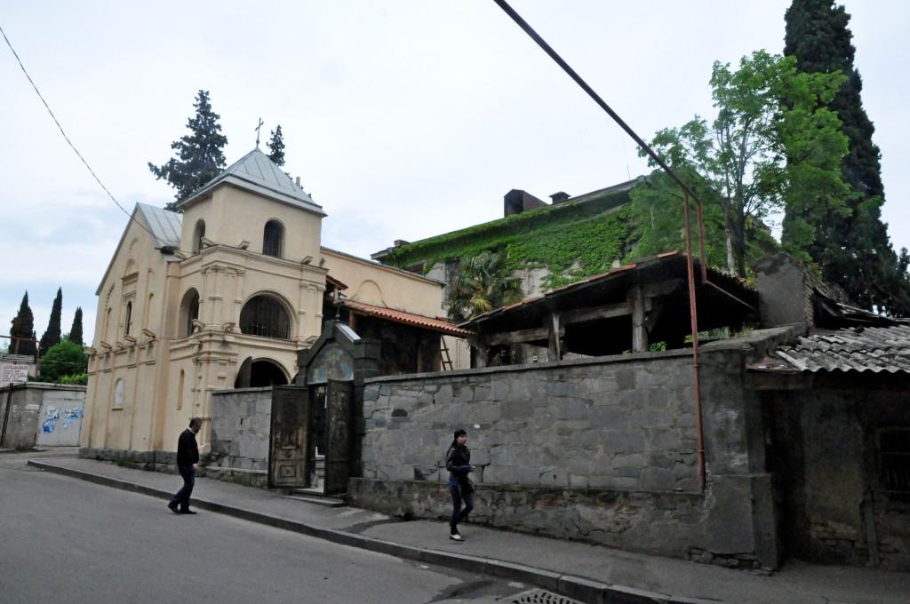 ხედი დიმიტრი უზნაძის ქუჩის მხრიდან, უკანა პლანზე  ჩანს გადაცემული შენობა