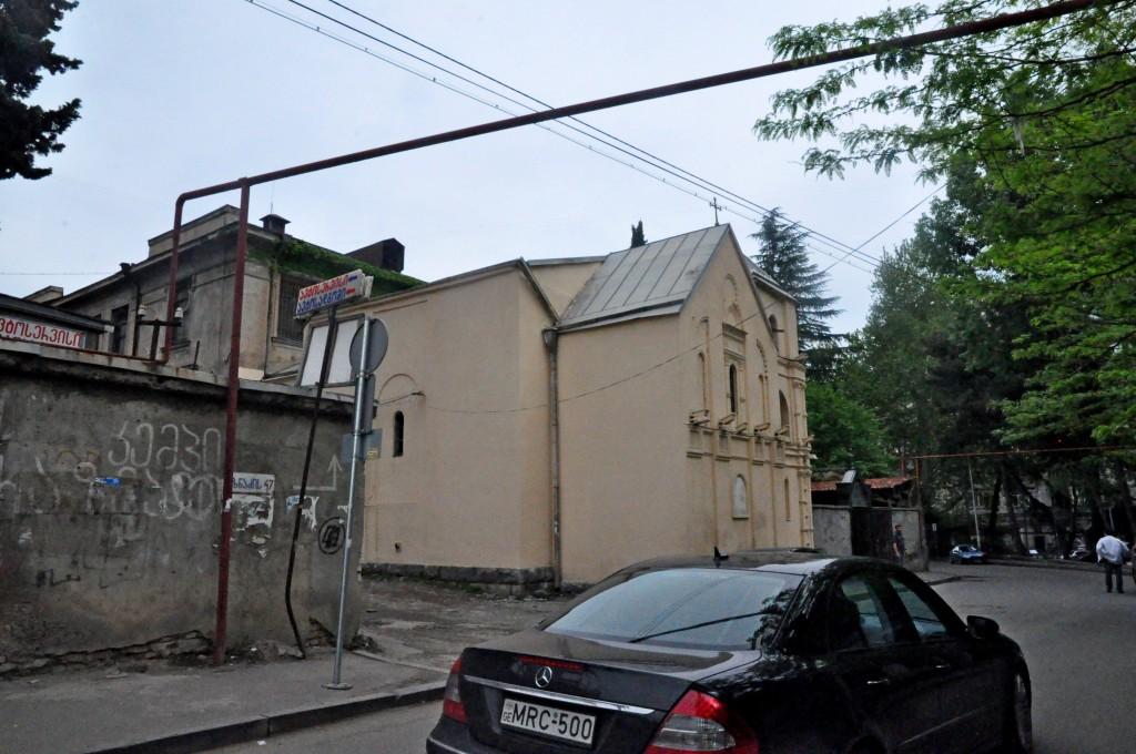მიქაელ მთავარანგელოზის ეკლესია, ხედი უზნაძის ქუჩის მხრიდან