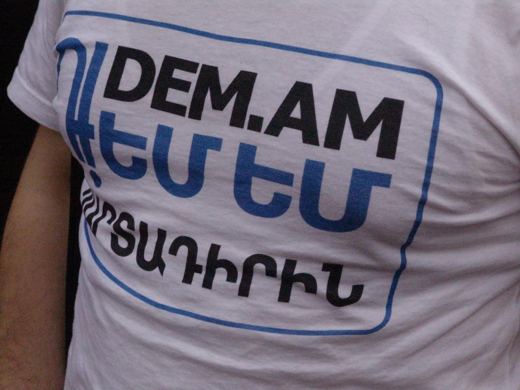 წარწერა მაისურზე - მე წინააღმდეგი ვარ!