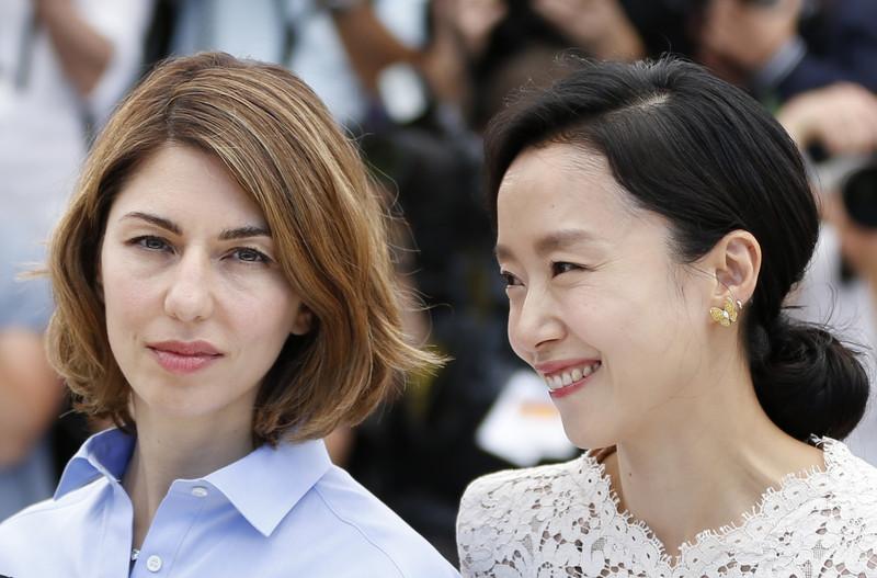 კანის კინოფესტივალის ჟიურის წევრები: რეჟისორი სოფია კოპოლა და მსახიობი ჯეონ დო-იეონი წითელ ხალიჩაზე. 2014 წლის 14 მაისი. ფოტო: EPA/GUILLAUME HORCAJUELO