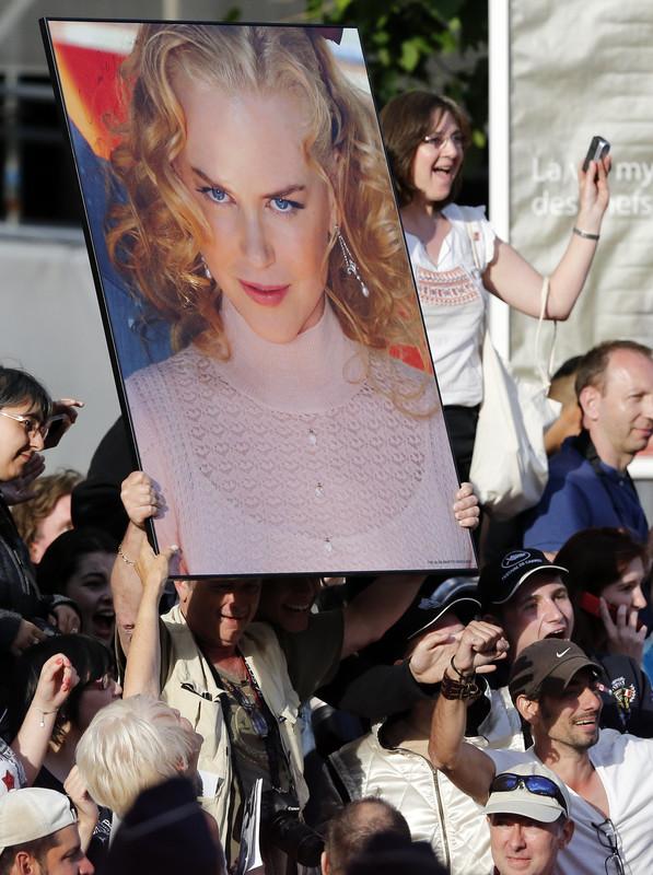 """გულშემატკივრები ელიან კიდმანის გამოჩენას წითელ ხალიჩაზე, ფილმის """"გრეისი"""", რომელშიც კიდმანი მსახიობ გრეის კელის როლს ასრულებს. 2014 წლის 14 მაისი. ფოტო: EPA/SEBASTIEN NOGIER"""