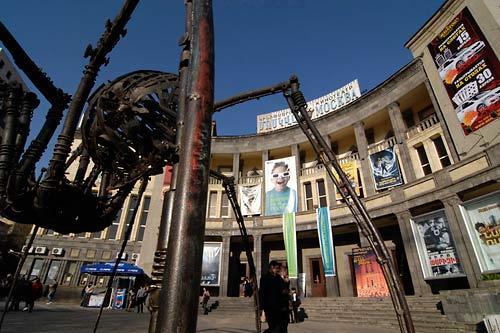 ფესტივალი მთავარი ადგილი - კინოთეატრი მოსკოვი ერევანში შარლ აზნაურის მოედანზე