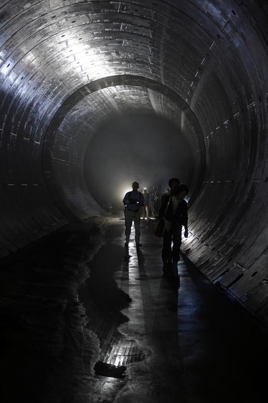 პრესის წარმომადგენლები იმყოფებიან მიწისქვეშა გვირაბში, რომელიც მიემართება რეზერვუარისკენ, რომლის ტოკიოს დატბორვისგან დასაცავად შეიქმნა  © epa, 28.07.2014