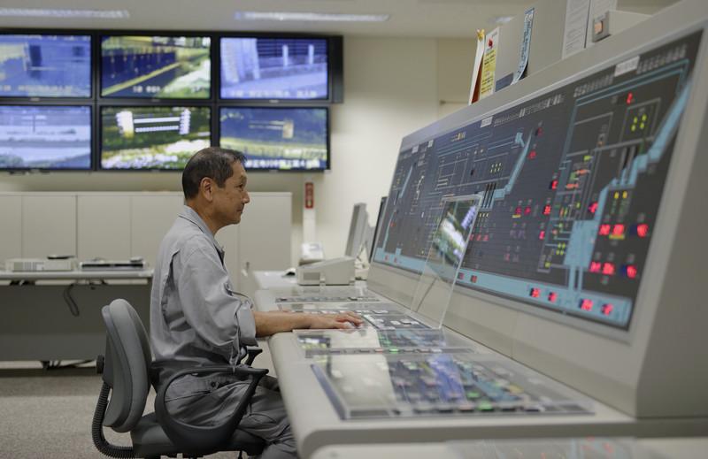 ტოკიოს მერიის თანამშრომელი ზის ოთახში, საიდანაც მიწისქვეშა რეზერვუარების სისტემა იმართება. © epa, 28.07.2014