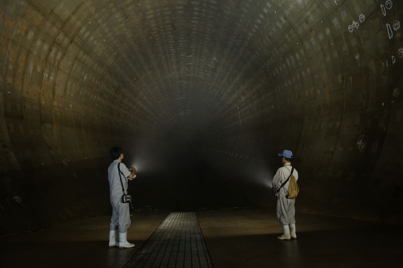 ტოკიოს მერიის თანამშრომლები ანათებენ მიწისქვეშა რეზერვუარს, რომელიც იმისთვის აშენდა, რომ  წყალდიდობის შემთხვევაში მდინარე კანდისგან ტოკიო დატბორვისგან დაიცვას  © epa, 28.07.2014