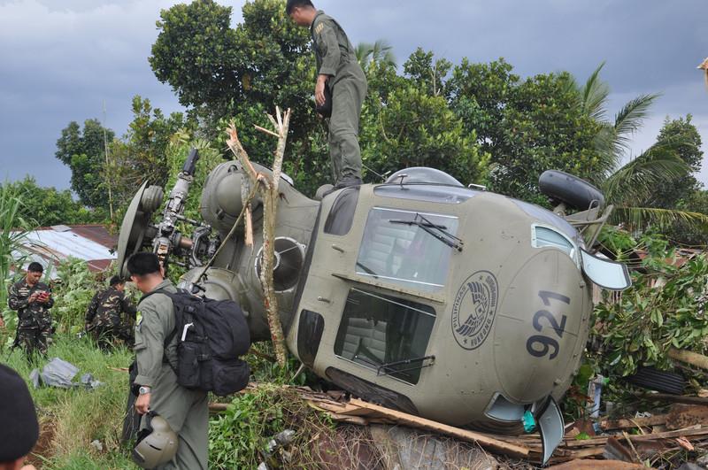 """ფილიპინების სამხრეთ ნაწილში პოლონეთის წარმოების  """"სოკოლის"""" ვერტმფრენი ჩამოვარდა. ვერტმფრენი სამხედრო ბანაკიდან გამოფრინდა, როდესაც ავიაკატასროფა მოხდა. სამხედრომოსამსახურეები არ დაშვებულან. © EPA/PHILIPPINE ARMY 1ST DIVISION-PIO/HANDOUT HANDOUT EDITORIAL"""