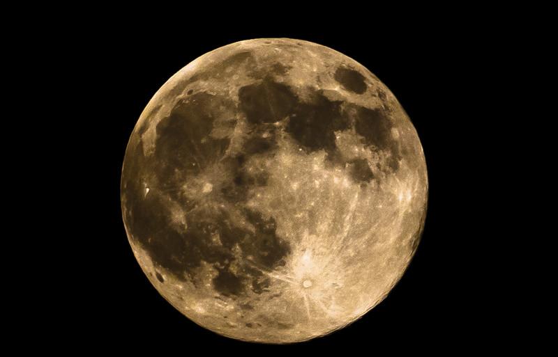 მთვარის მზით განათებულ ზედაპირზე წყალი აღმოაჩინეს – NASA