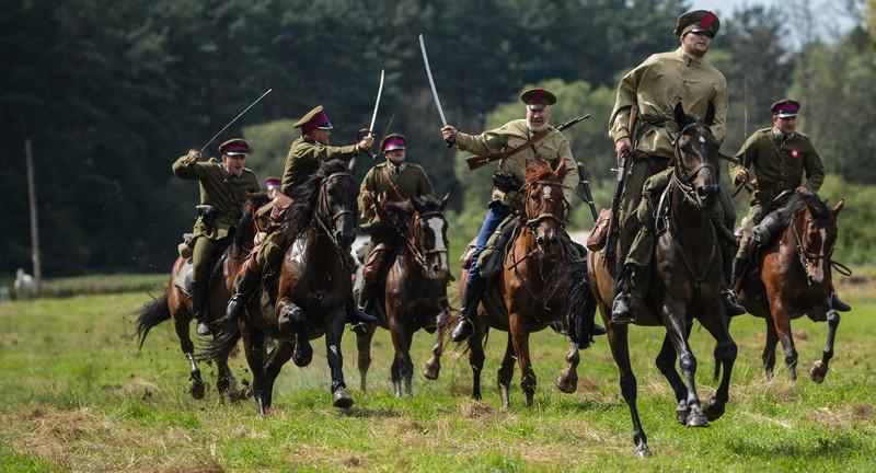 """პოლონელები აღნიშნავენ ვარშავის ბრძოლის 94-ე წლისთავს, რომელსაც """"საოცრება მდინარე ვისტულაზე"""" სახელით იცნობენ. © EPA, 15.08.2014"""