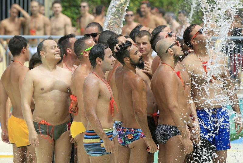 Circuit Festival-ის მონაწილეები გრილდებიან შადრევნის ქვეშ ბარსელონაში, ესპანეთში. © EPA, 12.08.2014