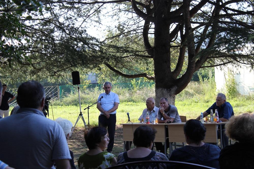 ხაჯიმბა ამომრჩევლებთან შეხვედრის დროს გაგრის რაიონის სოფელ