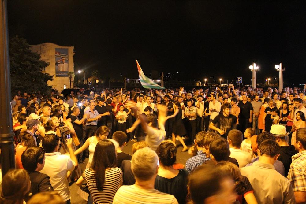 ხაჯიმბას მომხრეების ზეიმი არჩევნების გამარჯვების შემდეგ სოხუმის სანაპიროზე