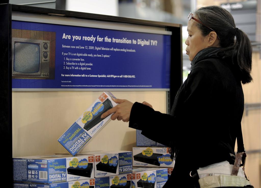 ნიუ იორკში ქალი ყიდულობს ციფრული სიგნალის მიმღებს, ნიუ იორკი; აშშ ციფრულ მაუწყებლობაზე 2009 წელს გადავიდა.  11/06 2009 ©  EPA/JUSTIN LANE