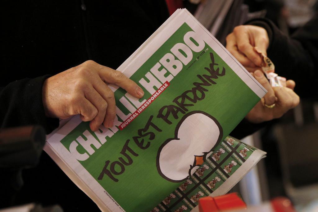 მკითხველს უჭირავს Charlie Hebdo-ს პირველი  ნომერი, რომელიც რედაქციაზე თავდასხმის შემდეგ დაიბეჭდა © EPA 14.01.2015