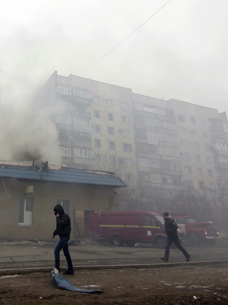 კვამლი ამოდის პრორუსი სეპარატისტების მიერ მარიუპოლის დაბომბვის დროს დაზიანებული შენობებიდან. ©  EPA, 24.01.2015