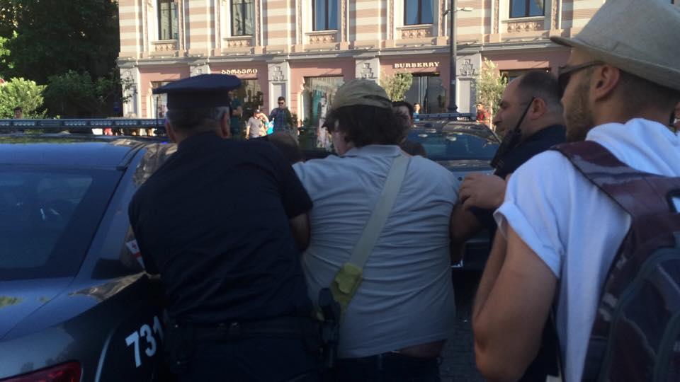 პოლიცია აკავებს