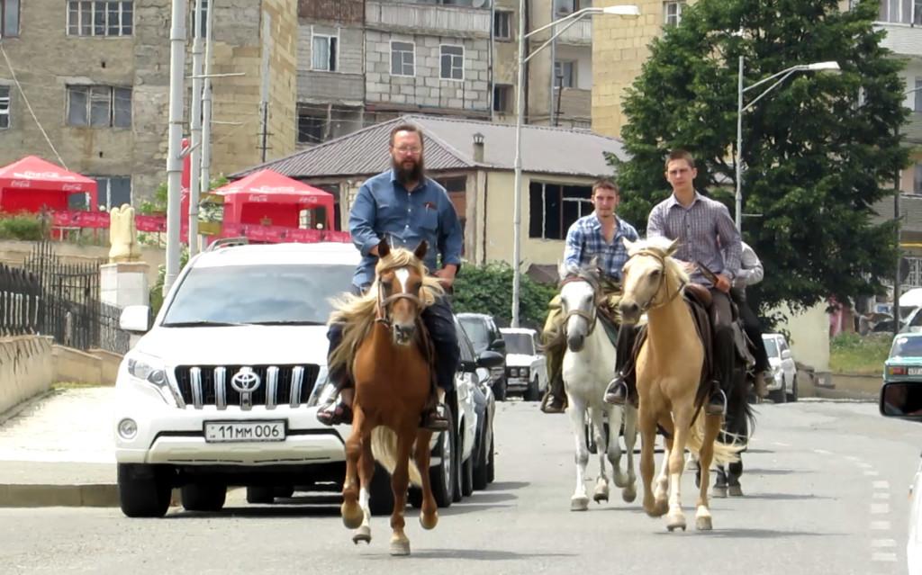 გერმან სტერლიგოვი ვაჟებთან ერთად ცხენით მივიდა პრესკონფერენციაზე ყარაბაღში