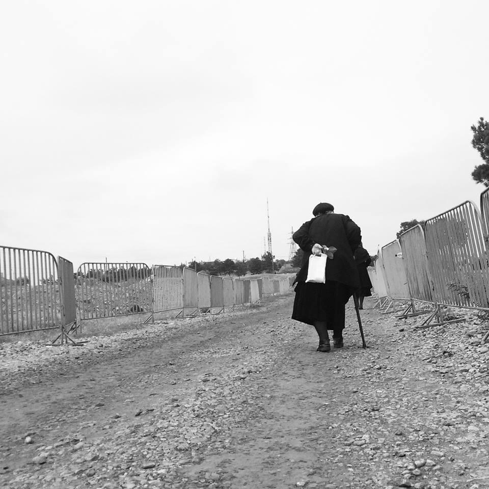 ქალი თაიგულით ხელში. მახათას მთა, თბილისი. ფოტო: გიორგი დისამიძე/ნეტგაზეთი