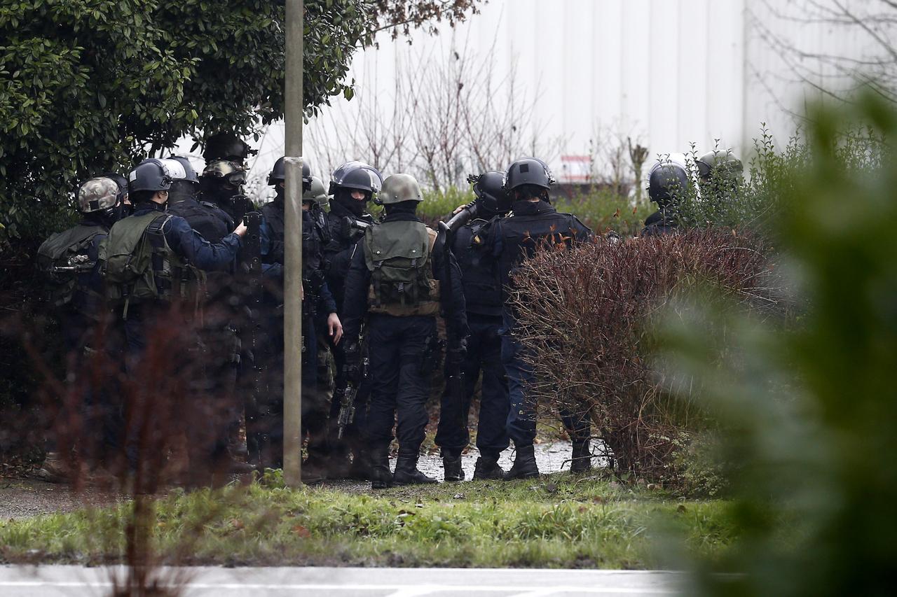 პოლიციის თანამშრომლები ემზადებიან ცპეცოპერაციისთვის იმ ადგილას, სადაც Charlie Hebdo-ზე თავდასხმაში ეჭვმიტანილებმა მძევალი აიყვანეს 09.01.2015  © EPA