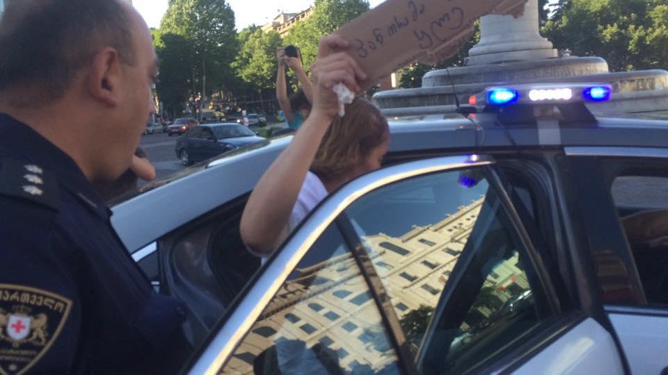 საპატრულო პოლიცია აქციის ორგანიზატორს, ნატა ფერაძეს აკავებს. 19.07.2015. ფოტო: გიორგი დიასამიძე/ნეტგაზეთი