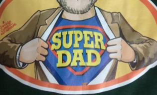 """სუპერ მამა - დაჯილდოება წიგნის პრეზენტაციაზე """"მამა, წიგნი წამიკითხე"""""""