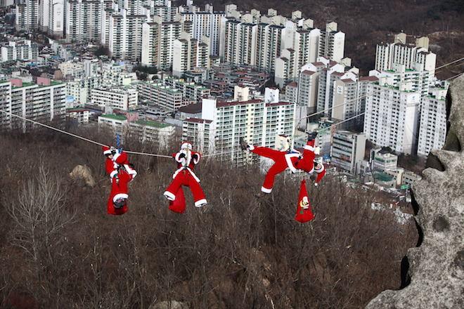 სამხრეთ კორეის ჰენიანგის უმაღლესი ტექნიკური სკოლის მთამსვლელთა კლუბის წევრები სანტა კლაუსის ფორმით. 16 დეკემბერი 2010. credit: EPA/JEON HEON-KYUN