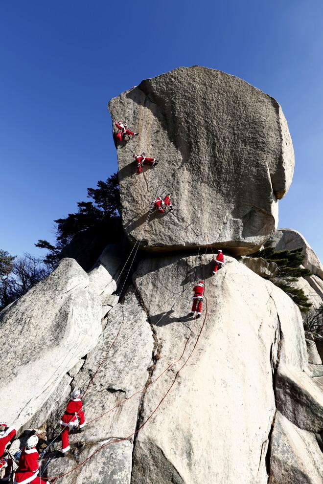 სამხრეთ კორეის მეკლდეურთა კლუბის წევრები სანტას ფორმებით 20 დეკემბერი, 2013; credit: EPA/JEON HEON-KYUN
