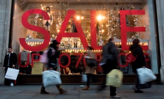 მაღაზიები ლონდონის ცენტრში შობის წინა დღეს, მყიდველების მოლოდინში. ლონდონი, ოქსფორდ-სტრიტი © EPA 24.12.2015