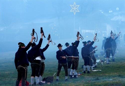 """""""საშობაო სროლებისგან"""" წარმოქმნილი კვამლი გერმანაიში, ბერხტესგადენის რაიონში. """"საშობაო სროლები"""" სათავეს წარმართული ტრადიციიდან იღებს."""