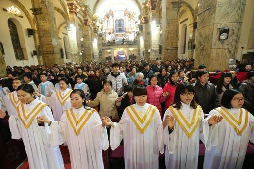 ჩინელი კათოლიკეები საშობაო მესაზე ბეიჯინგში, კათოლიკურ ეკლესიაში. © EPA 24.12.2015