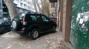 ტროტუარზე პარკირებული ავტომობილი, ფოტო: საერთაშორისო გამჭვირვალობა საქართველო