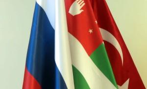 აფხაზეთის, თურქეთის და რუსეთის დროშები