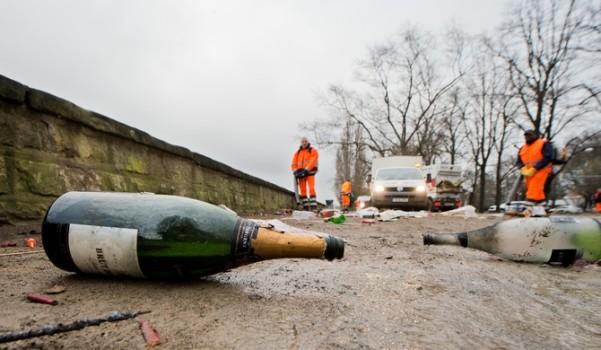 ჰანოვერი, გერმანია. მეეზოვები ასუფთავებენ ახალი წლის აღნიშვნის შემდეგ დარჩენილ ნაგავს © EPA 01.01.2016