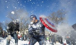 """მამაკაცი, რომელსაც """"კაპიტან ამერიკის"""" ფორმა აცვია, """"თოვლის გონდების ომში"""" არის ცართული. ვაშინგტონი, აშშ. 24.01.2015 © EPA"""