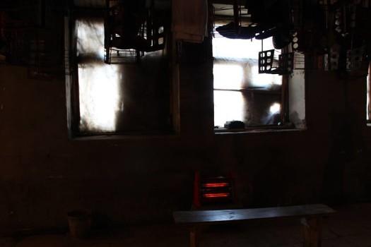 ადგილი, სადაც მეშახტეები უნიფორმას იცვლიან. არც ერთ ფანჯარაზე არ არის შუშა. ფოტო – ნეტგაზეთი/ანა გვარიშვილი