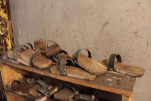 მეშახტეების სამუშაო ფეხსაცმელები. მათი თქმით, საჭირო რაოდენობა არ აქვთ. ფოტო – ნეტგაზეთი/ანა გვარიშვილი
