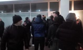 """გაფიცული მეშახტეები ტყიბულში, შახტის ადმინისტრაციის შენობაში. ფოტო – """"თვითორგანიზების ქსელი"""""""