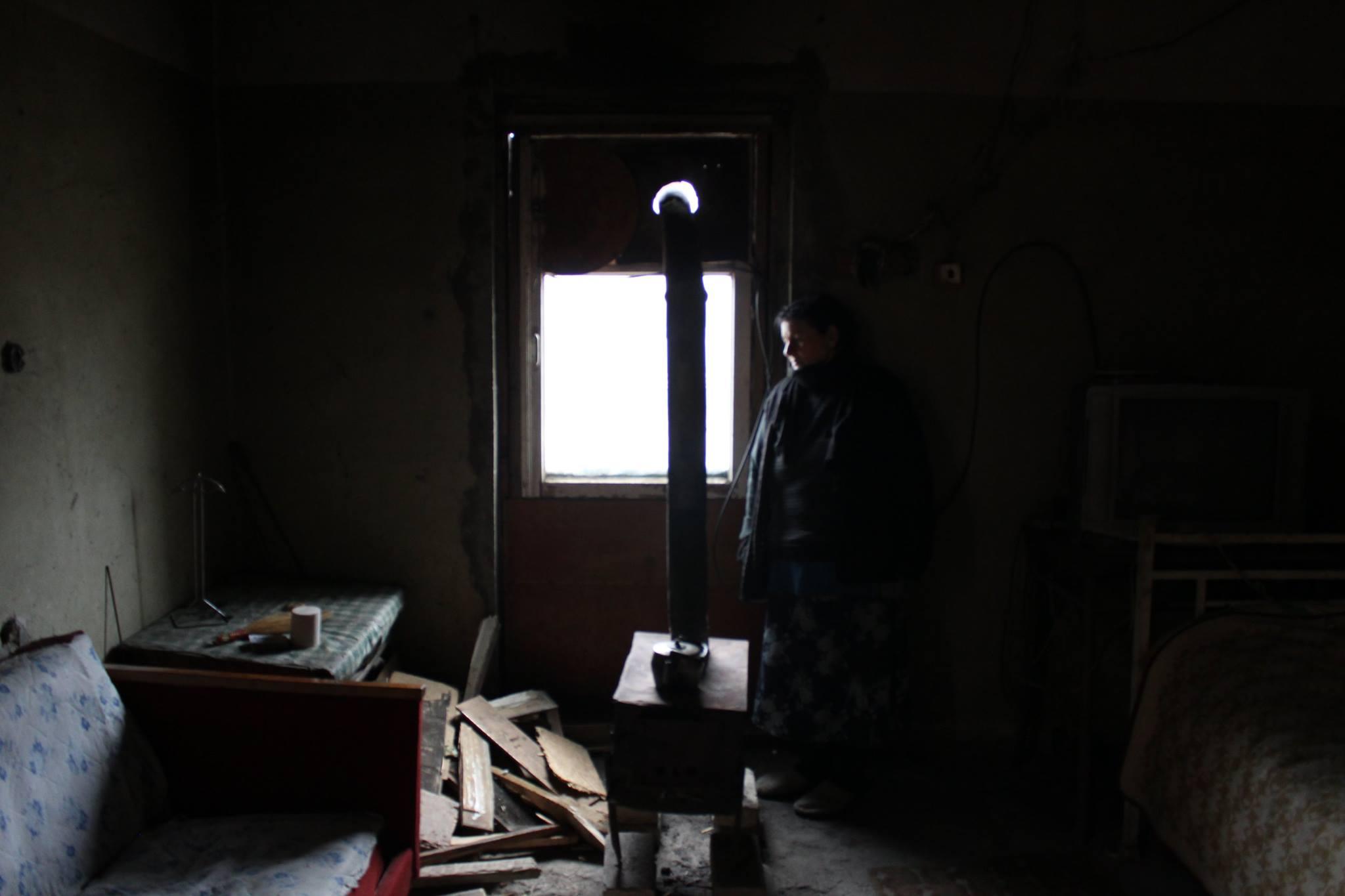 ლენტუშა თეგეტაშვილი ბინაში, რომლის დაკანონებასაც მრავალი წელია უშედეგოდ ცდილობს. ფოტო: გიორგი დიასამიძე/ნეტგაზეთი