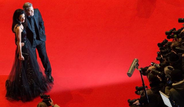 ჯორჯ კლუნი და ამალ კლუნი ბერლინის კინოფესტივალზე. კლუნი ძმების კოენების ახალი ფილმის მთავარი გმირია. ფოტო: EPA/BERND VON JUTRCZENKA