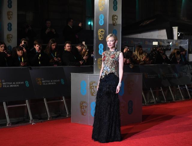 """ავსტრალიელი მსახიობი ქეით ბლანშტერი BAFTA-ს წითელ ხალიჩაზე. ბლანშეტი წელს ფილმისათვის """"ქეროლი"""" საუკეთესო ქალი მსახიობის ნომინაციაში იყო წარდგენილი. ფოტო: EPA/FACUNDO ARRIZABALAGA"""