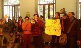 """არა უნივერსიტეტის ბიუჯეტის ფლანგვას"""" - თსუ-ში სტუდენტების აქცია მიმდინარეობს.  ფოტო: ანა გვარიშვილი/ნეტგაზეთი"""