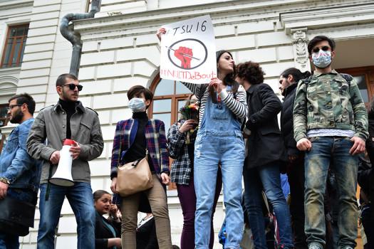 სხვადასხვა უნივერსიტეტის სტუდენტები არსებულ საგანმანათლებლო პოლიტიკას თსუ-ის პირველ კორუსთან აპროტესტებენ 16.04.2016 ფოტო:ნეტგაზეთი/მარიამ ბოგვერაძე