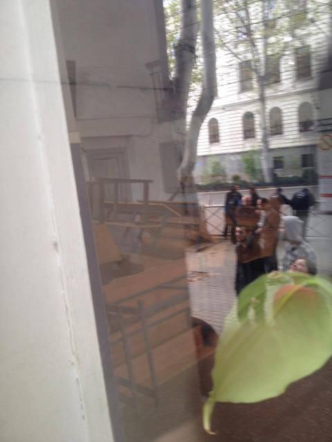 აუდიტორი115-მა თსუს მეექვსე კორპუსი დაიკავა. ფანჯრიდან მოსჩანს, თუ როგორ არის ჩახერგილი მაგიდებითა და სკამებით უნივერსიტეტის მეექვსე კორპუსის შესასვლელი. ფოტო ნეტგაზეთი/მარიამ ბოგვერაძე