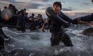სირიელი ლტოლვილები საბერძნეთის კუნძულებთან. ფოტო: New York Times