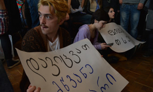 სტუდენტები უნივერსიტეტის მაღლივ კორპუსთან მშენებლობის დაწყებს აპროტესტებენ 13.04.2016 ფოტო: მარიამ ბოგვერაძე